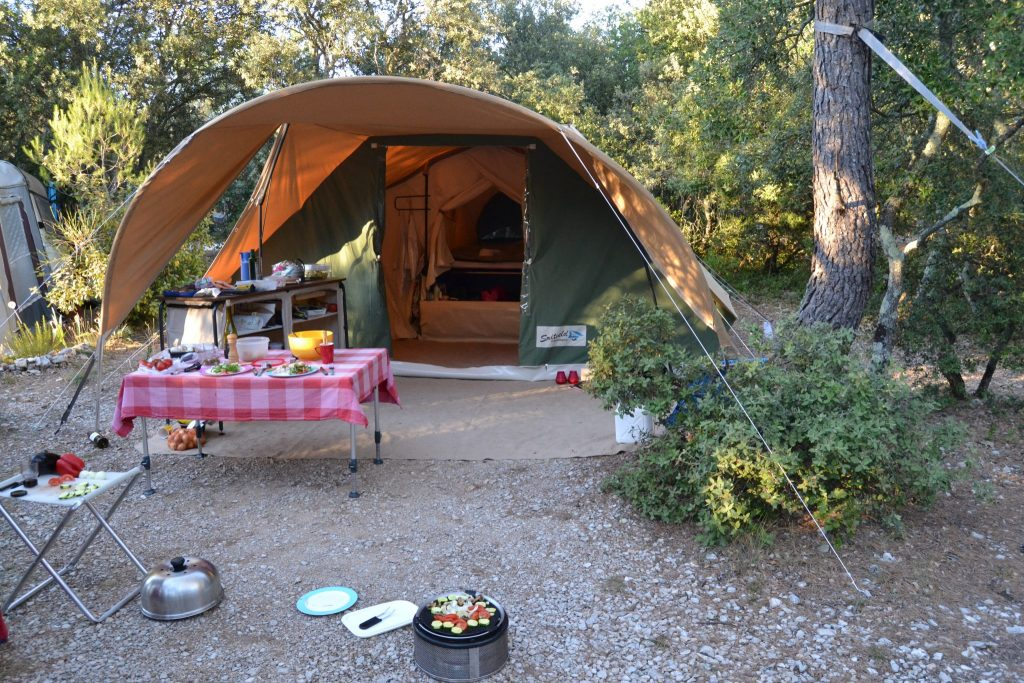 Glamping tent op de camping. Glamping safarilodge